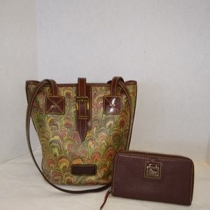 DOONEY & BOURKE TOTE W/ CHOC ZIP AROUND WALLET